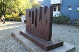 Eines der beiden Denkmale zu Erinnerung an die Synagoge an dieser Stelle